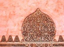 Relevaciones decorativas en el mármol rojo. Arte árabe. Fotos de archivo