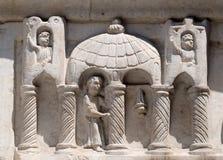 Relevo acima da igreja portal de San Salvatore em Lucca, Itália Imagem de Stock