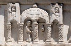 Relevo acima da igreja portal de San Salvatore em Lucca, Itália Foto de Stock