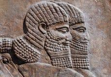 Relevo antigo de dois guerreiros assyrian fotos de stock