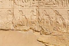 Relevo da parede no templo de Karnak Luxor, Egipto imagens de stock royalty free