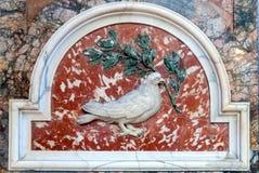Relevo da pomba e do ramo de oliveira na basílica do ` s de St Peter Imagens de Stock