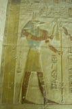 Relevo de bas de Anubis, templo de Abydos fotografia de stock