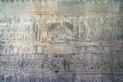 Relevo de bas do século XII do templo de Angkor Wat - Yama, régua dezoito-armada do inferno, monta um búfalo ao julgar o recentem imagem de stock