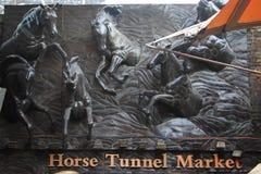 Relevo de cavalos running no mercado dos estábulos Imagem de Stock Royalty Free
