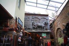 Relevo de cavalos running no mercado dos estábulos Foto de Stock Royalty Free