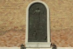 Relevo de Jesus na parede de tijolo velha fotos de stock royalty free