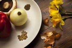 Relevo de las verduras frescas sobre la tabla de cocina imagen de archivo libre de regalías