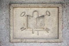 Relevo de pedra com símbolos da religião Fotos de Stock Royalty Free