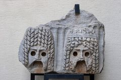 Relevo de pedra do teatro, máscara, museu arqueológico de Antalya Turke Fotos de Stock Royalty Free