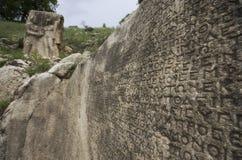 Relevo do aperto de mão de Hercules e de Antiochus perto de uma tabuleta grega na região antiga de Arsemia fotos de stock royalty free