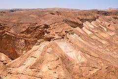 Relevo montanhoso no deserto fortaleza Massada da vista em Israel perto do Mar Morto imagem de stock royalty free