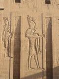 Relevos de Bas no templo de Edfu - deus Edfu Fotos de Stock
