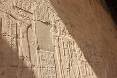 Relevos nas paredes do templo de Edfu Egypt Fotos de Stock Royalty Free