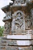 Relevos ornamentado do painel de parede que descrevem a dança de Krishna na cabeça de Kalia serpant e que matam eventualmente o T foto de stock