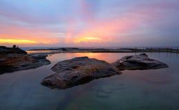 Relfections dello stagno della roccia del ricciolo del ricciolo di alba Immagini Stock Libere da Diritti