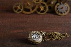 Relógio do estilo de Steampunk com engrenagens Fotos de Stock Royalty Free