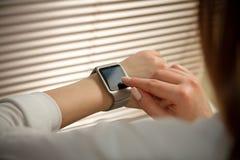 Relógio esperto em uma mão fêmea Fotografia de Stock