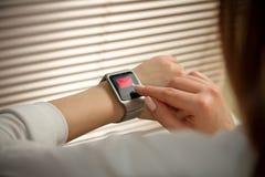 Relógio esperto em uma mão fêmea Imagens de Stock Royalty Free