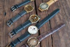Relógios de pulso em uma tabela de madeira Imagem de Stock Royalty Free