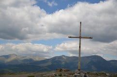Religião: Cruz de madeira na parte superior da montanha imagens de stock
