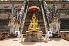 A religião do curso do ouro do deus do budismo do templo de Tailândia da Buda imagens de stock royalty free