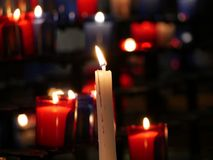 Religião e luz de vela ardentes imagens de stock