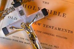 Religión - crucifijo - Sagrada Biblia imagen de archivo