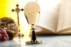 Religión del cristianismo del símbolo, fondo brillante, conce saturado foto de archivo