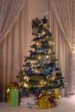 Religión del regalo de las luces del árbol de navidad imagen de archivo libre de regalías
