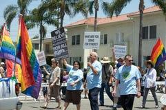 Religión en la lesbiana de Long Beach y el desfile alegre imagenes de archivo