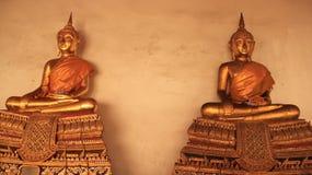 Religión Imagen de oro de Buddhas con las paredes del mortero Foto de archivo