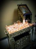 Religión ortodoxa de Cristo de los mártires de la Virgen María de los theotokos de las velas de los iconos de la iglesia crist foto de archivo libre de regalías