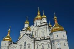 Religiös byggnad, ortodox kristen domkyrka med guld- dom arkivbild