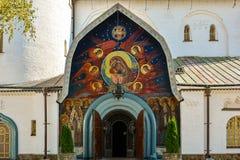 Religiös byggnad, ortodox kristen domkyrka med guld- dom arkivbilder
