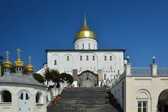 Religiös byggnad, ortodox kristen domkyrka med guld- dom royaltyfria foton