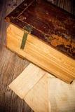 Religiös callygraphy från 300 år en gammal roman bok i latinskt språk royaltyfri fotografi