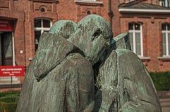Religiös dekorativ staty på den fridsamma borggården i Bruges Royaltyfri Foto