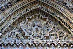 Religiös garnering på ingången av en kyrka i London arkivbilder