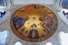 Religiös målning inom en ciborium av Epiphanydomkyrkan Gorl royaltyfri fotografi
