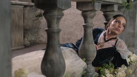 Religiös nunna i religionbegrepp mot mörk bakgrund med mellersta åldrar för rosor närbilden av en kvinna med ett kors ber arkivfilmer