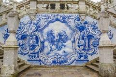 Religiös plats i blåa azulejos på den Remedios trappan i Lameg Arkivbild