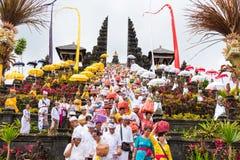 Religiös procession på Pura Besakih Temple i Bali, Indonesien royaltyfri bild