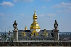 Religiösa byggnader, ortodox kristen domkyrka med guld- gör arkivfoton