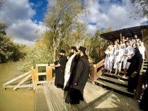 Religiösa kristen med vit kläder som går in i vattnet av Jordanet River arkivbild