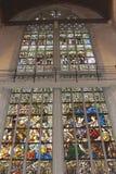 Religiösa målat glassfönster i den nya kyrkan på fördämningen kvadrerar i Amsterdam Arkivfoto