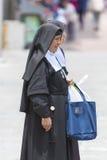 Religiösa nunnor som går i gatan av Quito i Ecuador Arkivbilder