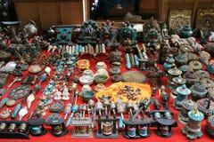Religiösa objekt säljs på marknaden av Thimphu (Bhutan) Arkivbild