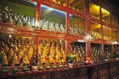 Religiösa statyer i den Drepung kloster Royaltyfri Foto