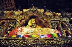Religiösa statyer i den Drepung kloster Arkivbild